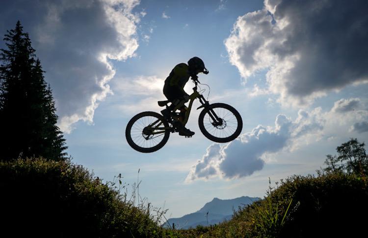 2020.09 UPStix T jumping the black line gap Bike Park Les Gets